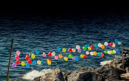 Balloon su una corda per il gioco di fucilazione sull'acqua immagini stock