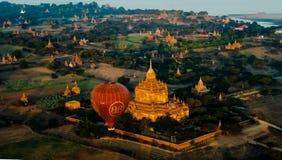 Ballooning bij de dageraad over Bagan, Myanmar stock afbeeldingen