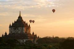 Ballooning bij zonsopgang royalty-vrije stock afbeeldingen