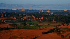 Ballooning in de dageraad over Bagan stock afbeeldingen