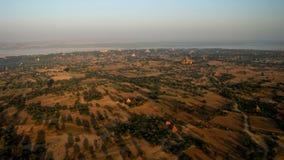 Ballooning in de dageraad over Bagan stock fotografie