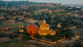 Ballooning in de dageraad over Bagan stock foto