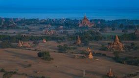 Ballooning in de dageraad over Bagan, duizenden stupas royalty-vrije stock afbeeldingen