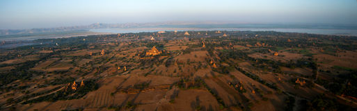 Ballooning in de dageraad over Bagan, duizenden stupas royalty-vrije stock foto