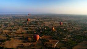 Ballooning in de dageraad over Bagan, Myanmar stock fotografie