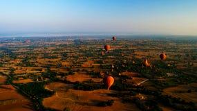 Ballooning in de dageraad over Bagan, Myanmar stock foto's