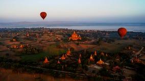 Ballooning in de dageraad over Bagan, Myanmar royalty-vrije stock afbeelding