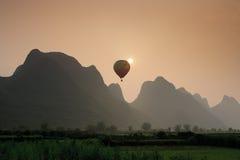 Ballooning over Karst Terrein royalty-vrije stock afbeeldingen