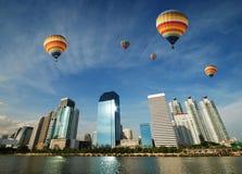 Ballooning sobre a cidade Imagens de Stock