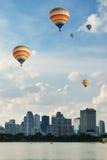 Ballooning sopra la città Fotografia Stock Libera da Diritti