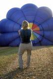Balloonist che gonfia aerostato Immagini Stock