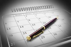 Ballpoint-Feder auf Kalender lizenzfreie stockfotos
