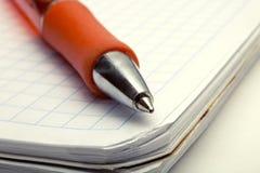 Ballpoint-Feder auf Notizbuch stockbild