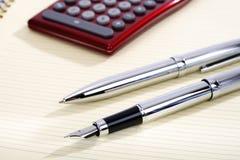 Ballpoint, pen en zakcalculator die op een blad liggen Royalty-vrije Stock Foto's