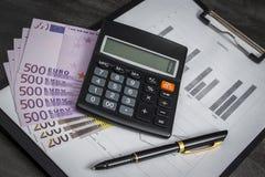 Ballpoint pióro z wiązką euro i kalkulator obraz stock