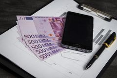 Ballpoint pióro z wiązką euro i telefon komórkowy zdjęcia stock