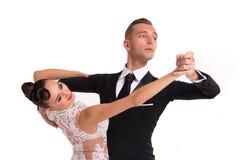 Ballrom danspar i en dans poserar isolerat på vit bachground royaltyfri fotografi