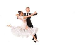 Ballrom danspar i en dans poserar isolerat på vit bachground arkivbild