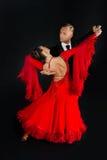 Ballrom-Tanzpaare in einer Tanzhaltung lokalisiert auf schwarzem Hintergrund Stockfotografie