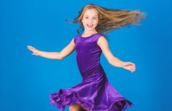 Ballsaalmode Violettes Kleid des Mädchenkinderabnutzungs-Samts Kindermodische kleidung schaut entzückend Ballsaal dancewear Mode stockbilder