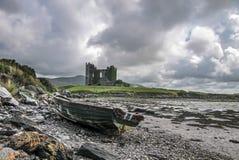 Ballycarbery-Schloss mit altem Boot stockbild