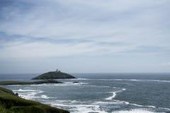 Ballycotton ö som omges av ilskna vågor royaltyfri fotografi