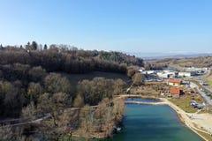 Balme de Sillingy, εναέρια άποψη της λίμνης και της βιομηχανικής ζώνης, κραμπολάχανο στοκ εικόνες με δικαίωμα ελεύθερης χρήσης