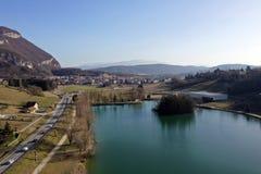 Balme de Sillingy, εναέρια άποψη του χωριού και της λίμνης, κραμπολάχανο στοκ φωτογραφίες