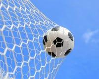Balón de fútbol en red Foto de archivo libre de regalías