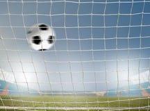 Balón de fútbol en red Imagen de archivo libre de regalías