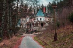 Balneario abandonado de la salud cerca del pueblo de Rajecke Teplice Fotos de archivo