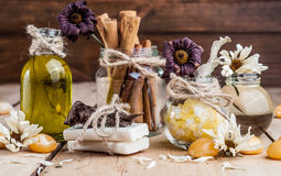 Balneario, aceite, sal de baño, especias, hierbas, jabones hechos a mano Fotografía de archivo
