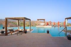 Balneario al aire libre de lujo de la piscina Fotos de archivo libres de regalías