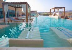 Balneario al aire libre de lujo de la piscina Foto de archivo libre de regalías