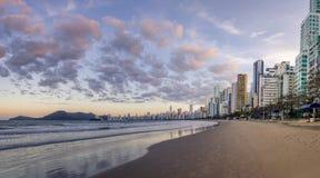 Balneario Camboriu海滩和地平线全景在日落- Balneario Camboriu,圣卡塔琳娜州,巴西 库存图片