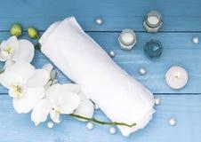 Balneario con la toalla, la orquídea, la vela y el aceite blancos Salud y relajación imágenes de archivo libres de regalías