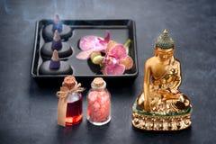 Balneario con las orquídeas, la estatua de Buda, la sal del mar, el incienso y los aceites de baño Imagen de archivo