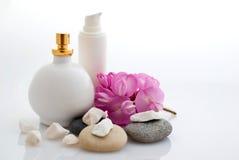 Balneario - cosméticos con las flores Fotos de archivo libres de regalías