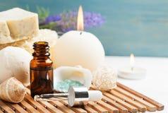 BALNEARIO del cuarto de baño fijado con aceite esencial Imagen de archivo
