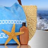 Balneario del día, bolso de la playa con la protección solar de las estrellas de mar Fotografía de archivo