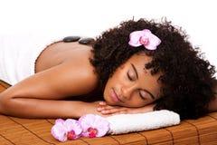 Balneario del día de la salud de la belleza - masaje de piedra caliente Imagen de archivo