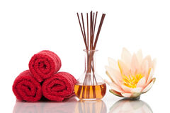 Balneario e items aromatherapy con la flor de loto fotos de archivo