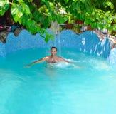 Balneario en la piscina fotos de archivo