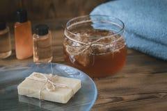 Balneario Honey Soap hecho a mano sobre fondo natural Fotografía de archivo libre de regalías