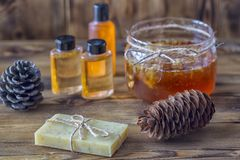 Balneario Honey Soap hecho a mano sobre fondo natural Imagenes de archivo