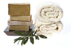 Balneario. jabones y rama de olivo naturales fotografía de archivo
