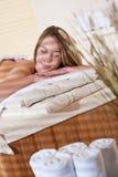 Balneario - la mujer joven se relaja en el tratamiento del masaje Fotos de archivo libres de regalías