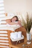 Balneario - la mujer joven se relaja en el tratamiento del masaje Imágenes de archivo libres de regalías