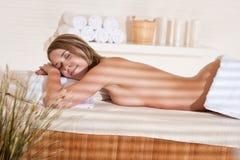 Balneario - la mujer joven se relaja en el tratamiento del masaje Fotografía de archivo