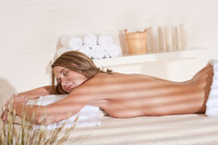 Balneario - la mujer joven se relaja en el tratamiento del masaje Imagen de archivo